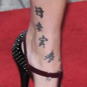pink the singer tattoos, pinks leg tattoo, pinks legs